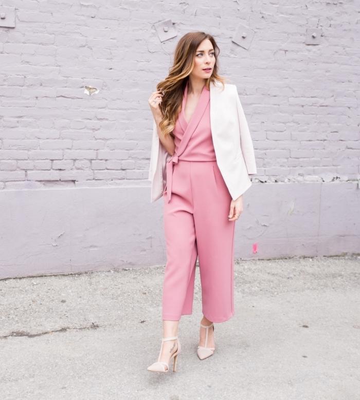 combinaison femme chic de couleur rose avec décolleté croisé et jambes larges, chaussures à talons avec lacets en beige