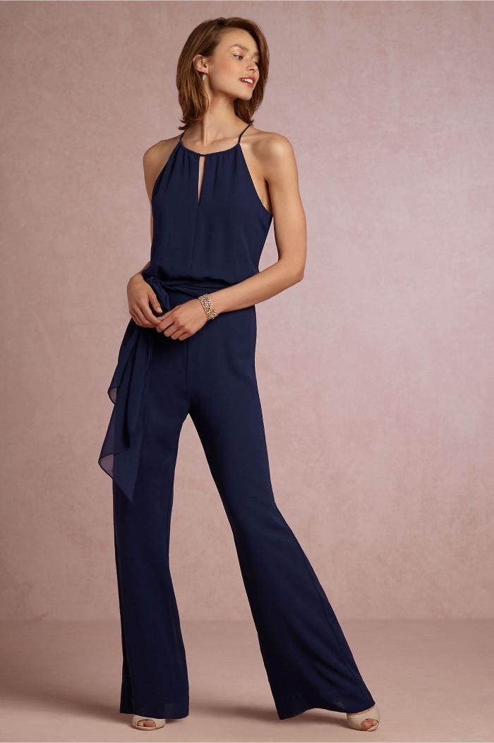 exemple de combinaison femme chic de couleur bleu foncé aux jambes large avec top à découpe et ceinture