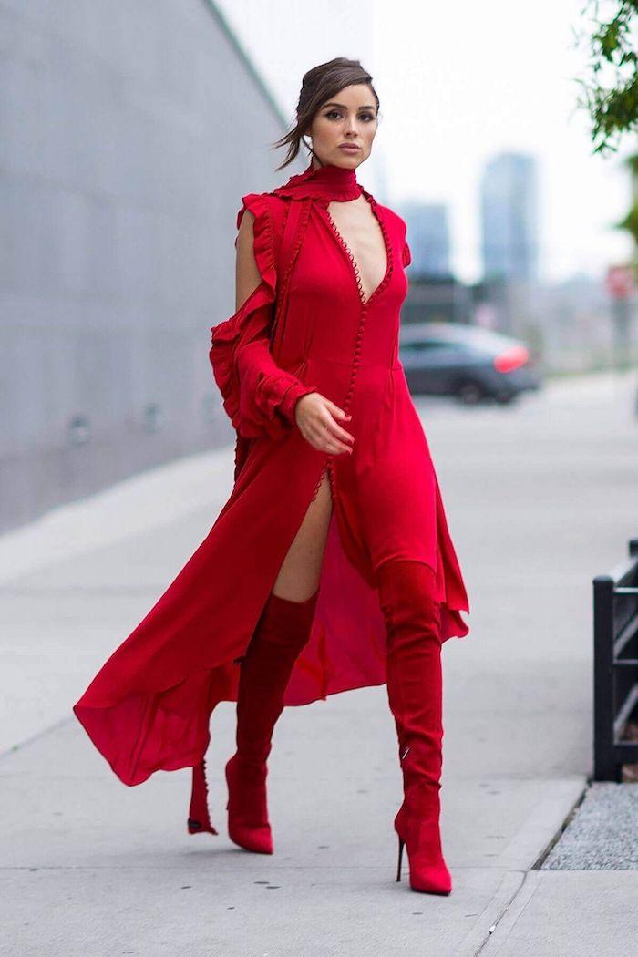 Simple idée comment s'habiller en automne sans avoir ni trop chaud ni trop froid, tenue tout en rouge avec cuissardes à talon rouges et robe longue fendue