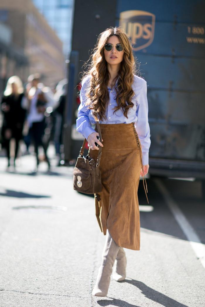 Comment porter les cuissardes sans faire vulgaire, tenue avec cuissardes, chemise et jupe longue avec bottes hautes, femme cheveux longues bouclées