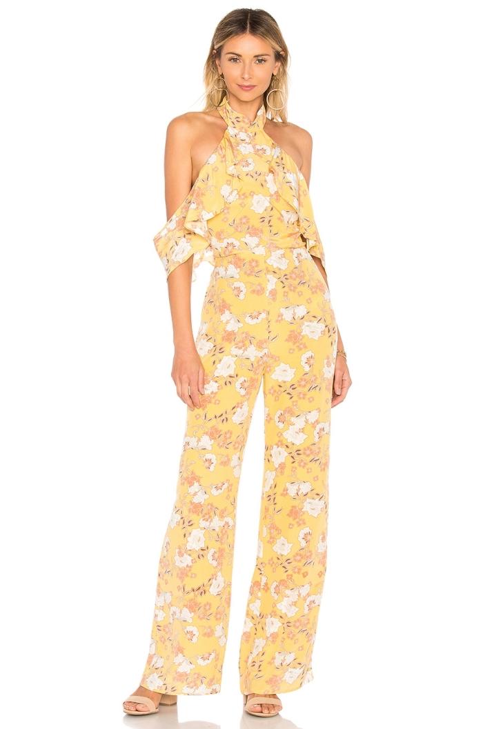 quels vêtements porter à un mariage sur plage, exemple combinaison été de couleur jaune aux épaules dénudées