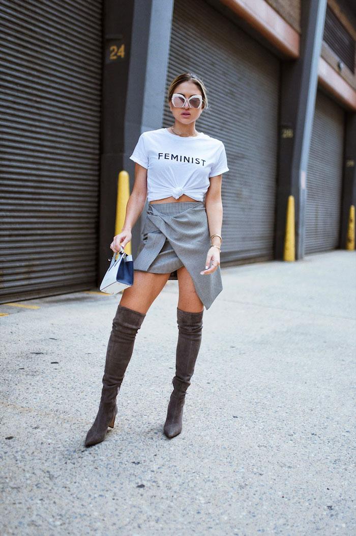 Look avec cuissarde, idée tenue avec cuissardes, cuir à la mode sans efforts, t-shirt feminist et mini jupe