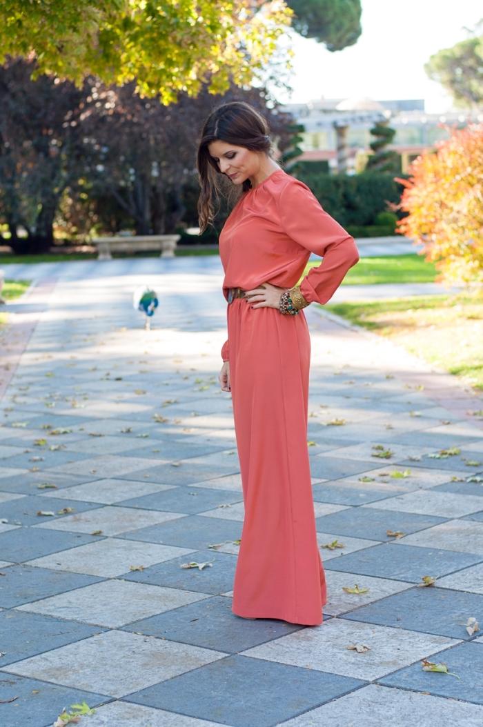 vision élégante et stylée pour assister à un mariage, femme bien habillée en combinaison aux manches longues