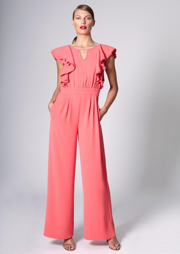 comment s'habiller pour un mariage officiel, modèle de combinaison élégante aux jambes fluides avec top à volant de couleur rouge