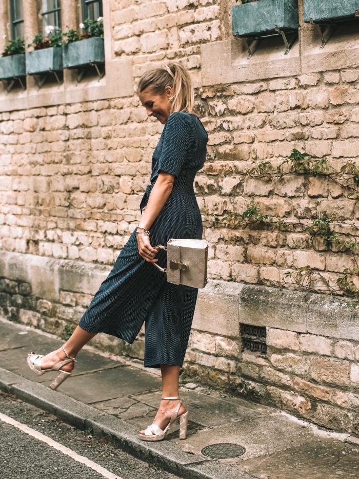 look casual smart en combipantalon à jambes culottes combinée avec sandales à talons et sac à main de nuance beige