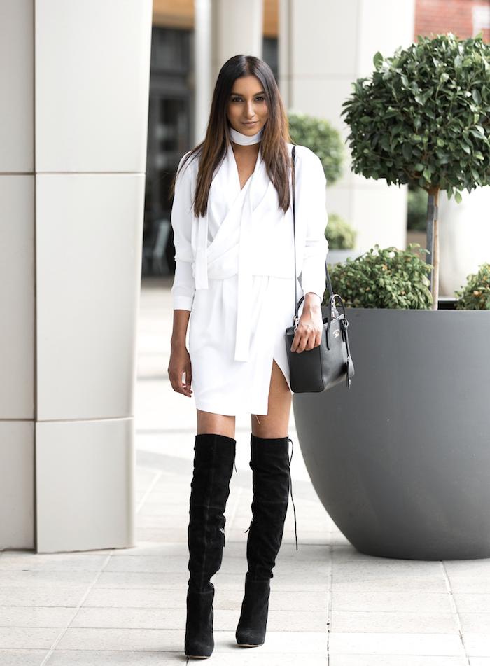 Cuissardes noires en velours en combinaison avec une robe blanche chic, look avec cuissarde, bottes hautes, tenue femme chic décontractée