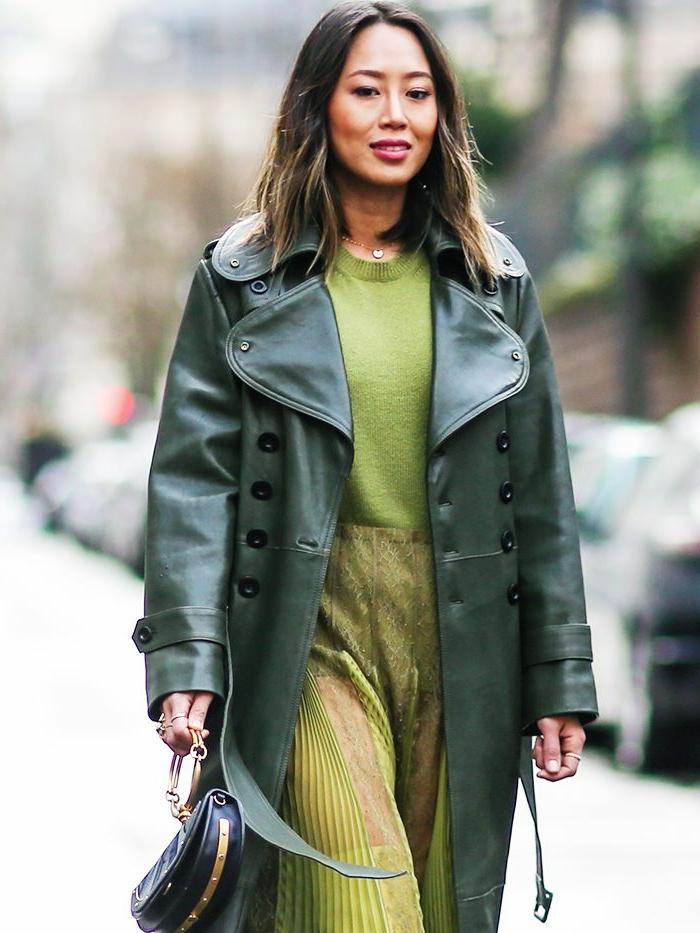 robe de soirée d'hiver verte, veste longue en cuir, collier fin avec pendentif, pochette noire, robe longue invitée mariage