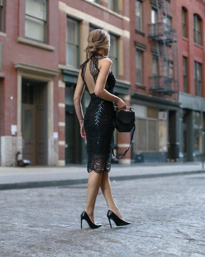 robe formelle noire, sac noir, chignon bas, tenue de mariage femme invitée