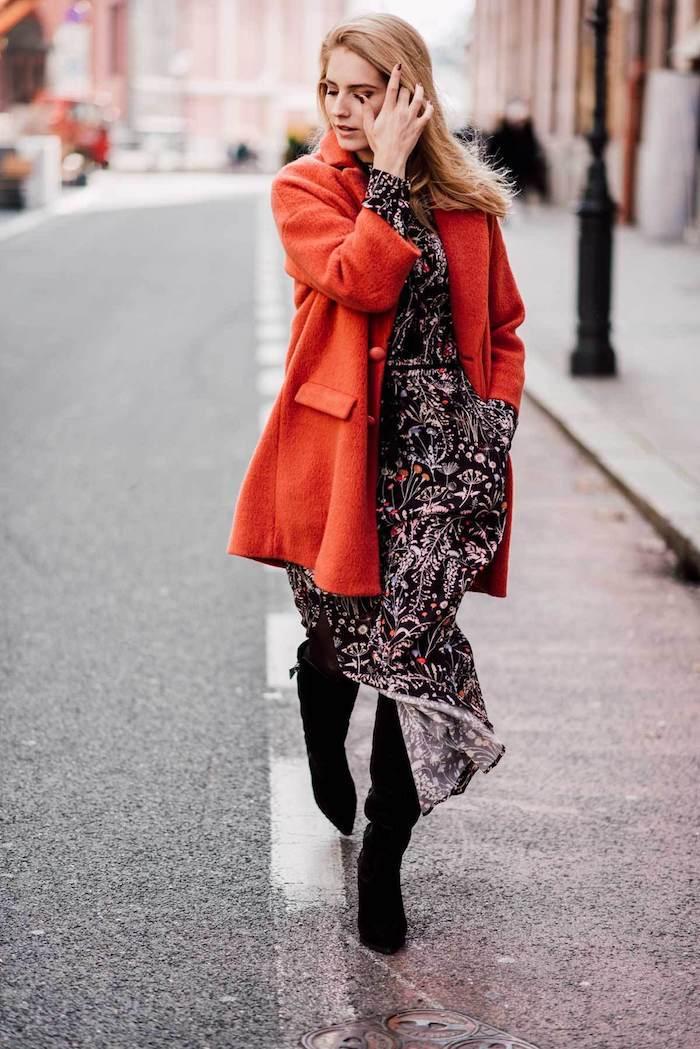 Simplicité dans les tenues, manteau rouge, idée comment s'habiller en hiver sans avoir ni trop chaud ni trop froid, hiver tenue avec robe longue