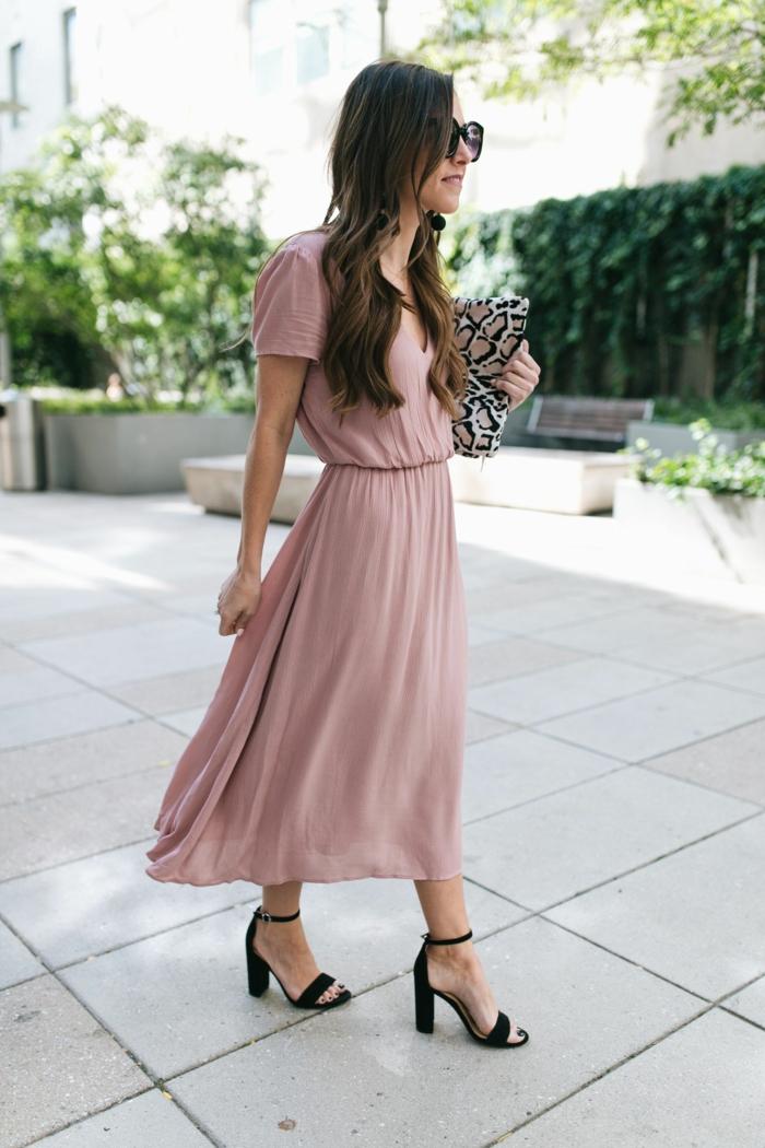 sandales noires, robe longue rose poudré, tenue pour assister à un mariaeg