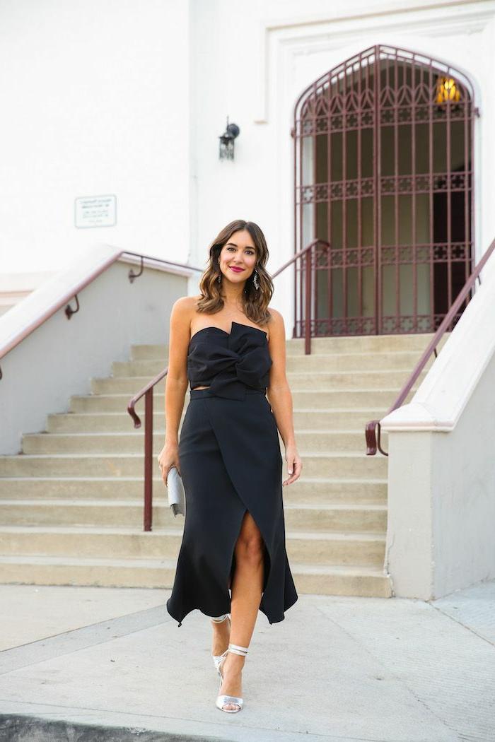 tenue élégante fendue, robe longue invitée mariage, sandales hautes, une invitée devant l'église