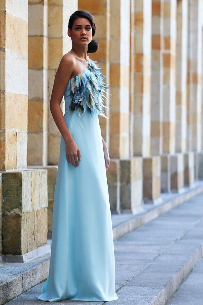 robe longue au sol bleue, robe de soirée longue pour mariage, top plumes bleues, chignon bas asymétrique