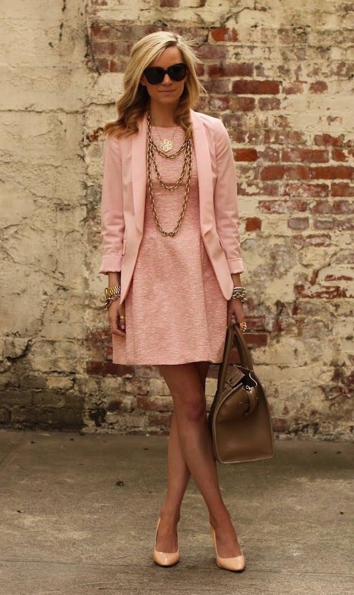 robe rose poudré mariage, veste rose, collier chaîne superposé, gros sac taupe, escarpins rose poudré
