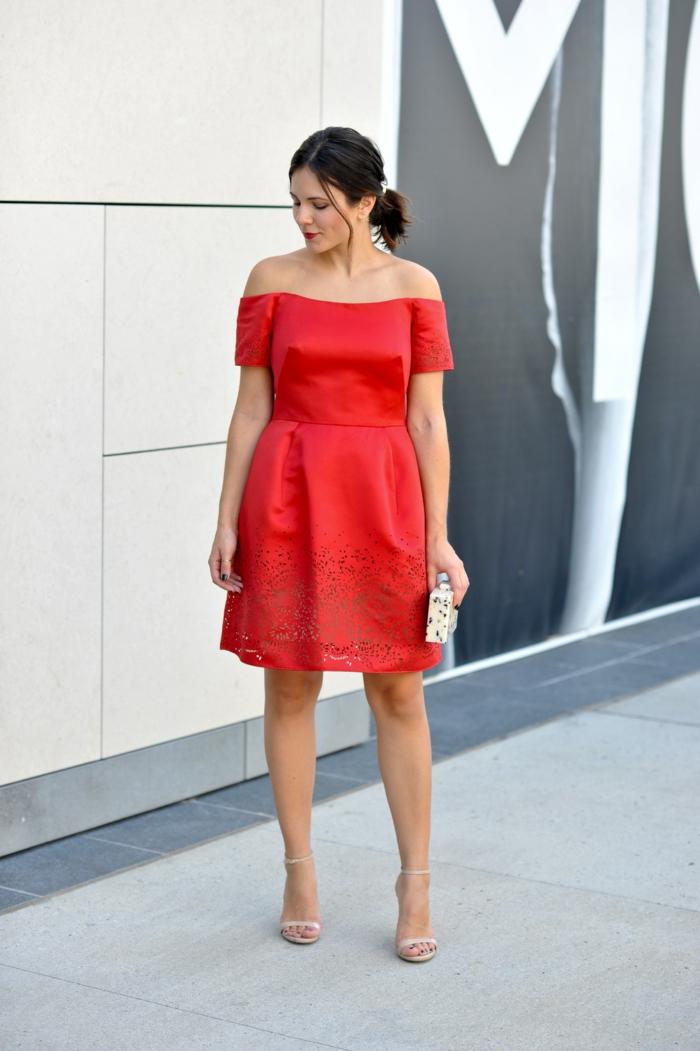 robe rouge, tenue de mariage femme invitée, dentelle, robe mi-longue, épaules dénudés et manches courtes