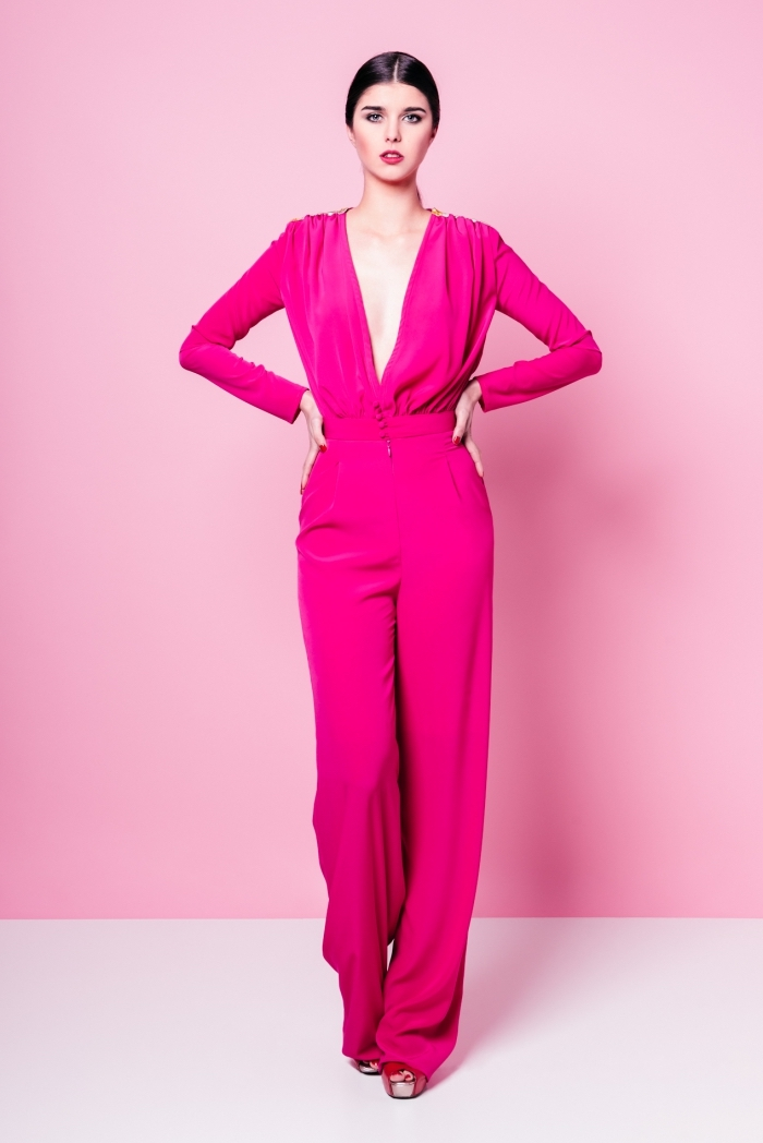 tenue habillée femme en combinaison moderne de couleur fuschia aux manches longues avec décolleté ouverte en V et jambes fluides