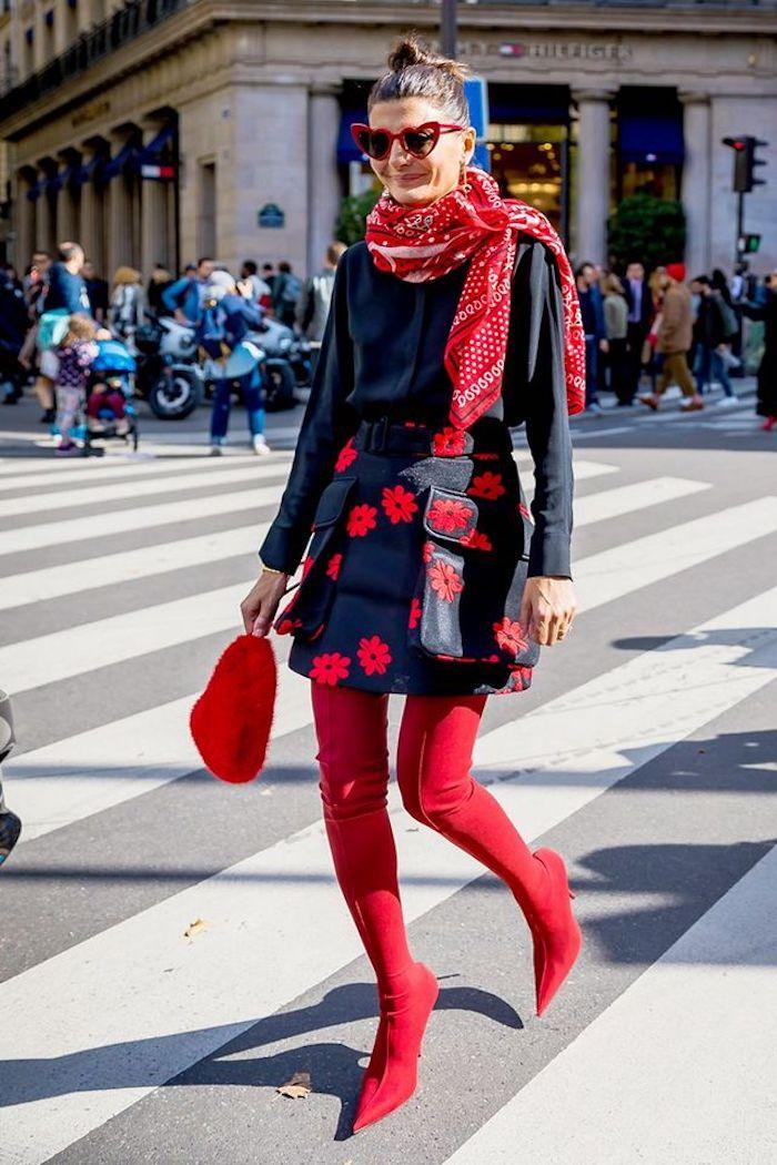 Porter des cuissardes conseils et tendances de mode, tenue avec cuissardes rouges et jupe à fleurs rouges, lunettes de soleil rouges à forme de coeur