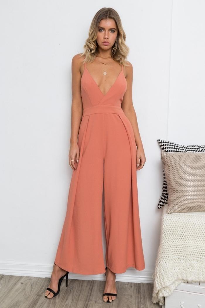 quelles couleurs vêtements pour assister à un mariage, combinaison femme chic et élégante à décolleté ouverte