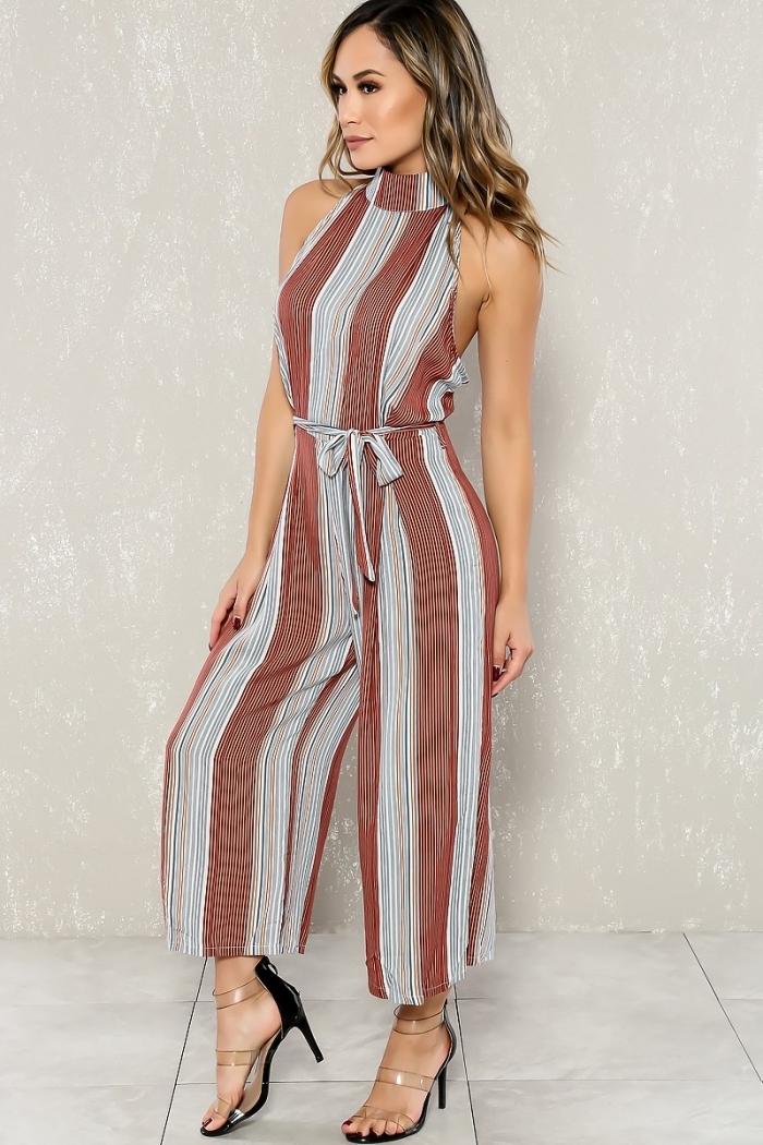 look chic en combinaison dos nu tendance bohème chic à design rayé en blanc et marron avec col montant et ceinture fine