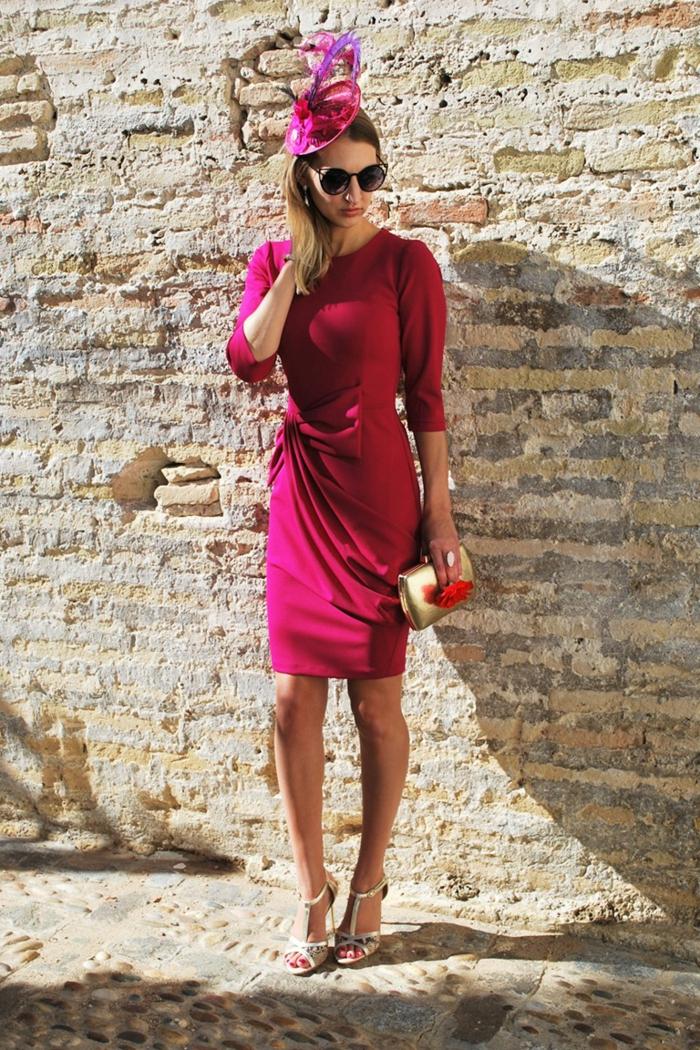 comment bien choisir sa tenue à assister à un mariage, robe rose fuchsia, chapeau élégant, mur en briques