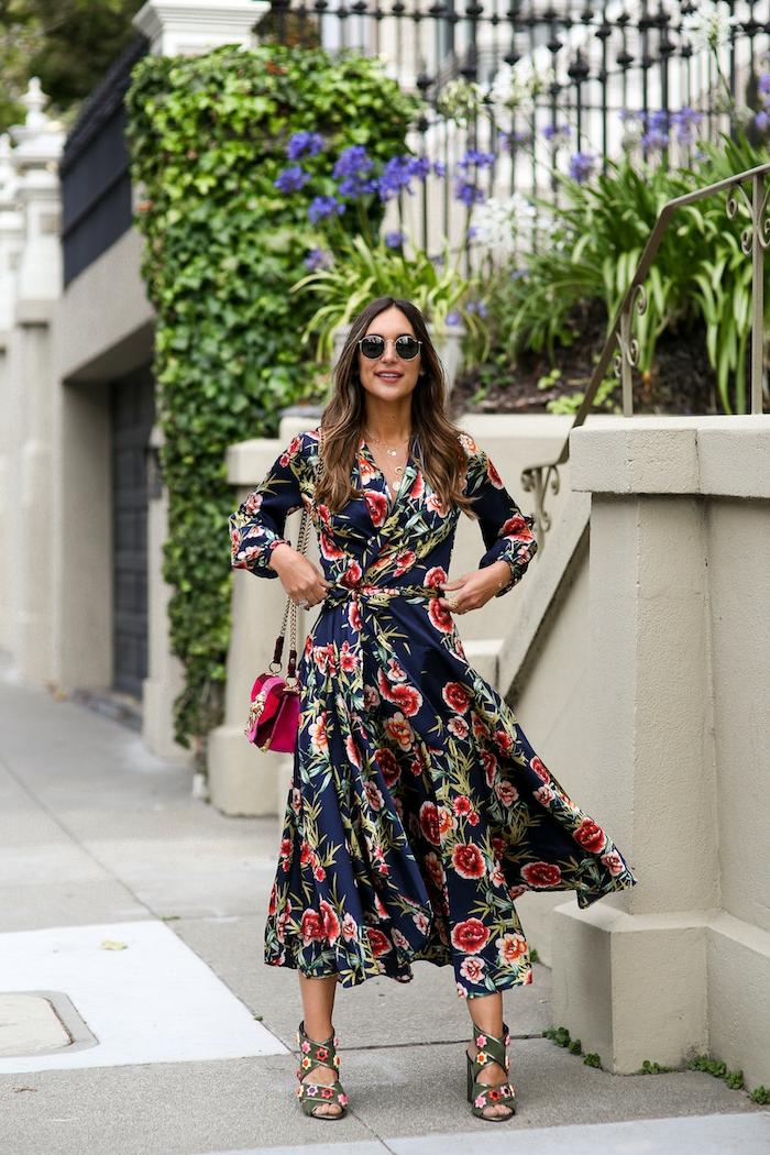 robe longue florale, imprimés joyeux multicolores, robe de soirée longue pour mariage, pochette couleur fuchsia, robe évasée