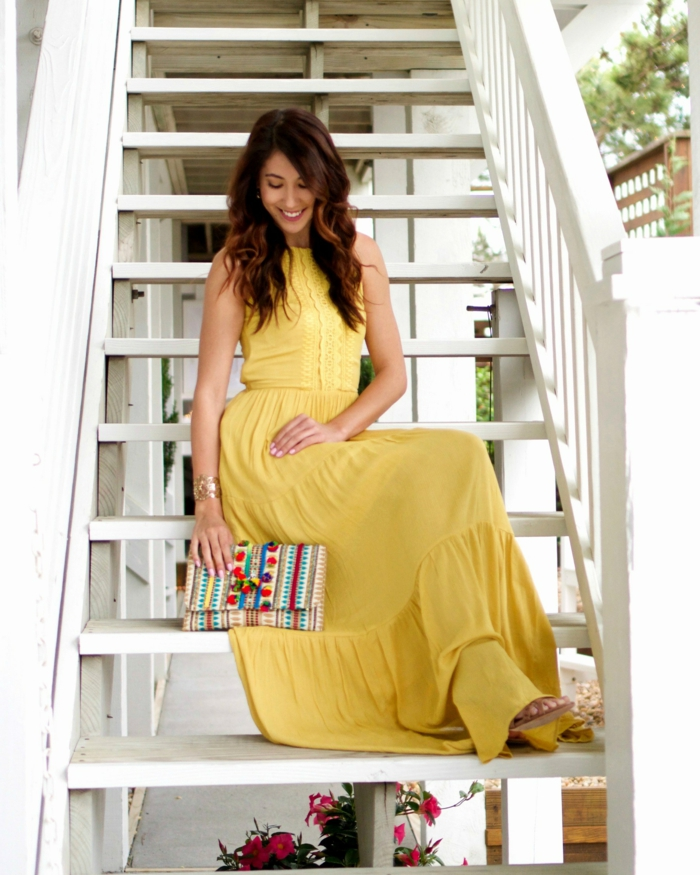 robe longue jaune, sac à rayures colorées, cheveux ondulants, tenue pour assister à un mariage