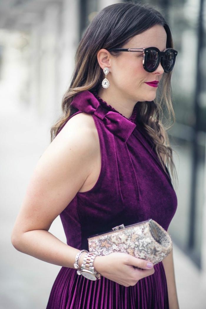 robe couleur indigo, tenue de mariage femme invitée, pochette argentée, papillon au col