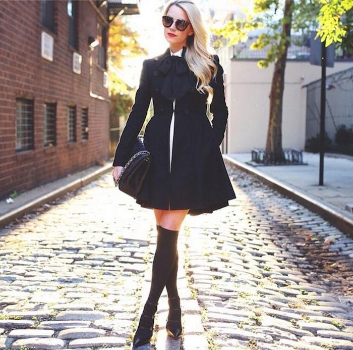 Look cuissarde stylée avec un manteau mignon noir, tenue avec cuissarde chic, tenue d'hiver chic, habits simples