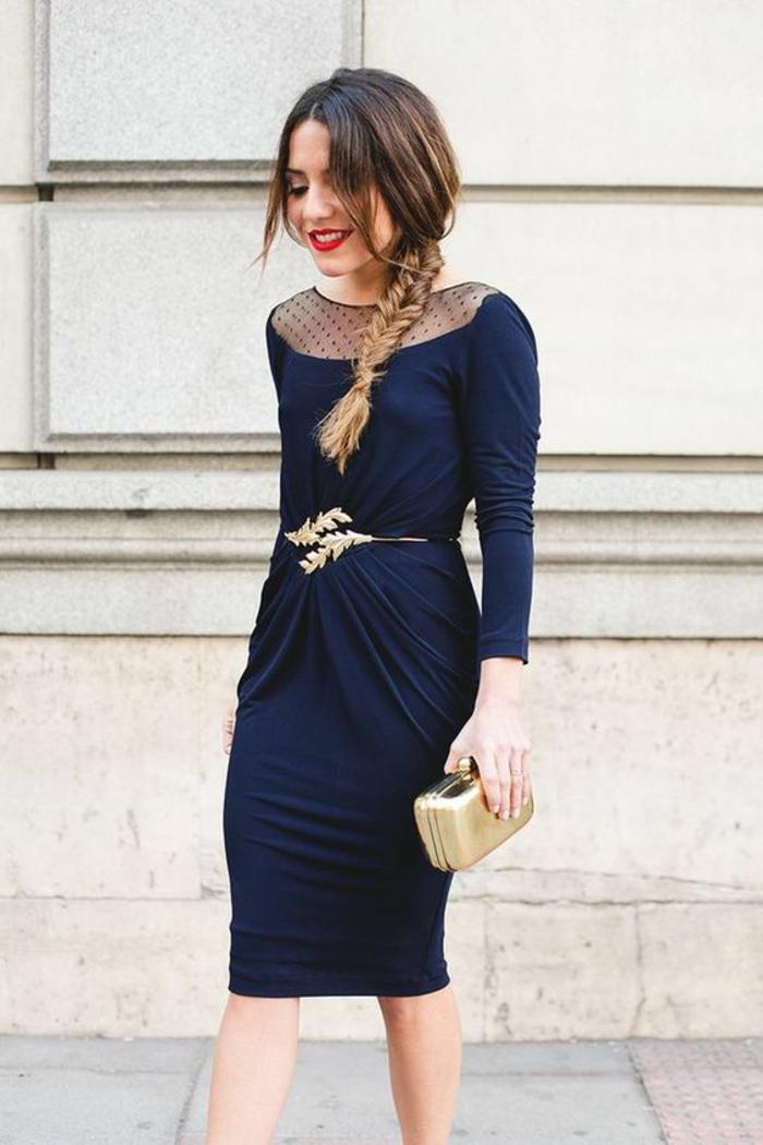 robe bleue, ceinture métallique fine, pochette dorée, décolleté plumetis