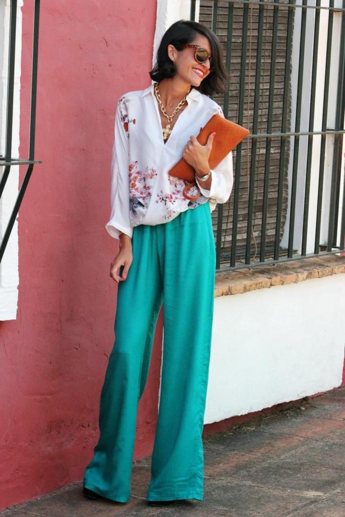tenue de mariage femme invitée, pantalon turquoise, chemise blanche imprimés floraux