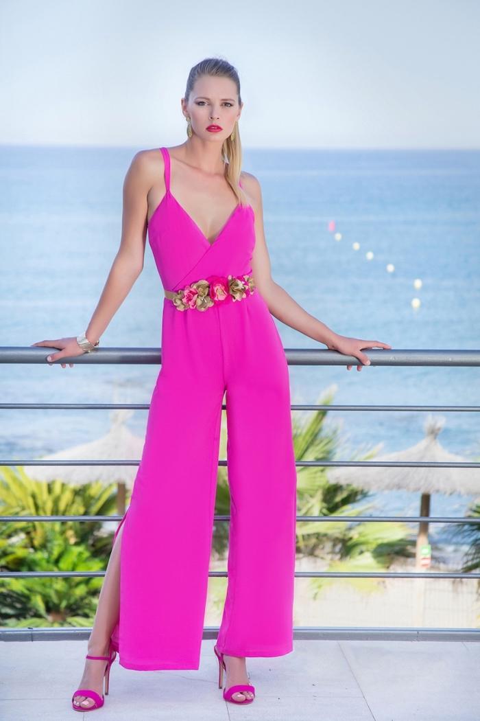 quelles couleurs pour une cérémonie de plage, modèle de combinaison chic femme à décolleté en V de couleur fuschia