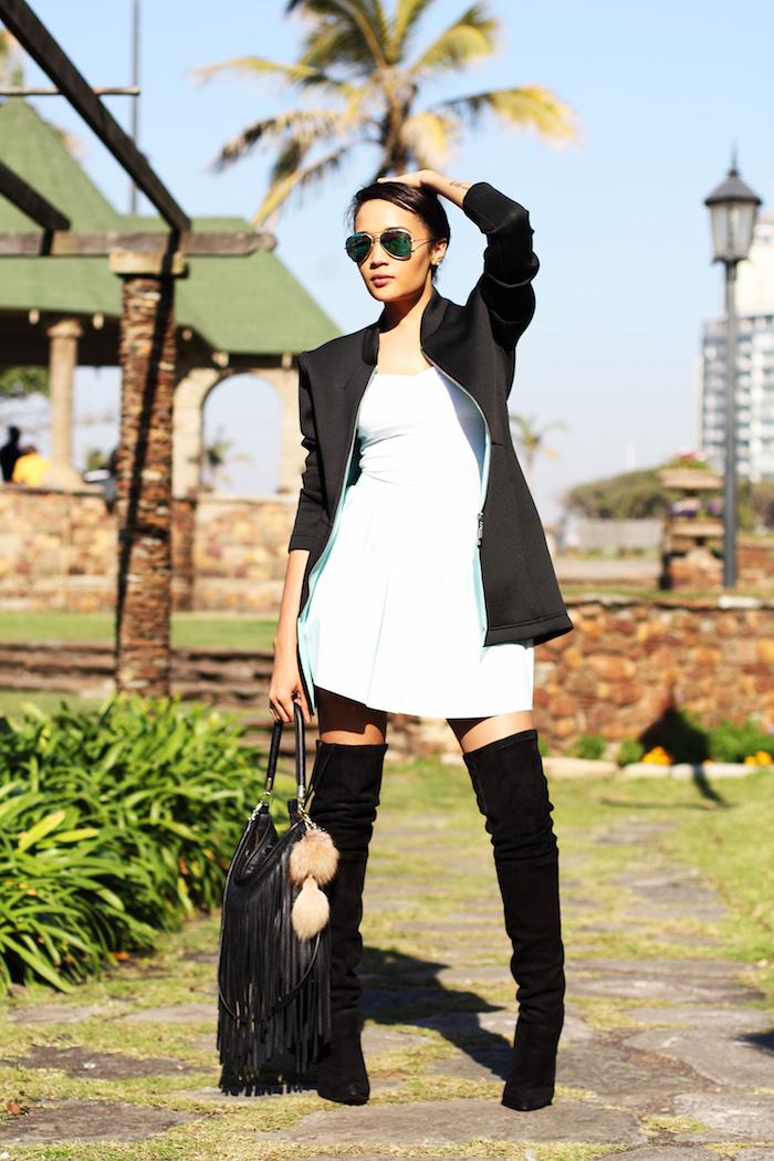Cuissarde chaussette, tenue avec cuissarde, look avec botte haute, comment porter une robe blanche courte avec cuissardes noires velours