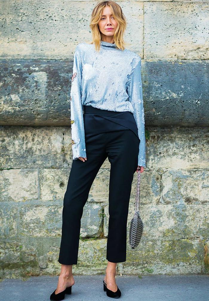 tenue femme formelle pour mariage, blouse bleu ciel, pantalon noir, pochette argentée en métal tressé
