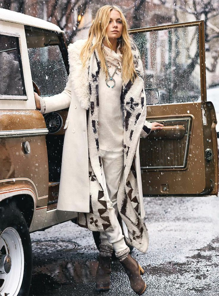 Look bohème chic, comment s habiller en hiver avec un manteau et une gilet longue, tenue chic sans effort, bottines à talon