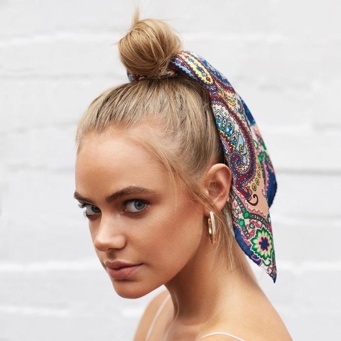 exemple coiffure chic aux cheveux attachés en chignon haut avec accessoire tête tendance, comment nouer un foulard tête