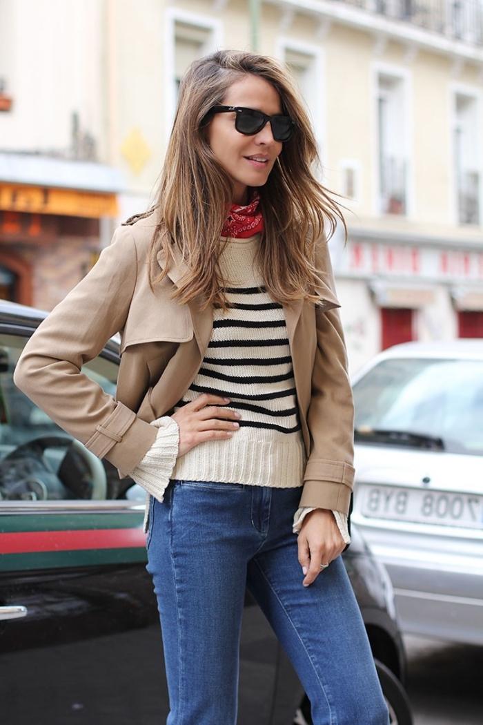 modèle de foulard carré en rouge, idée comment nouer un foulard autour du cou, look casual en pull et manteau beige
