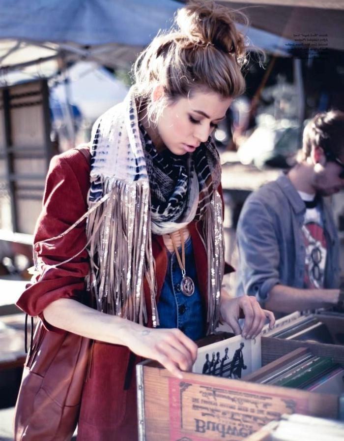 Belle fille qui aime le style boheme, comment s habiller en hiver pour avoir ni trop chaud ni trop froid, veste sportive et echarpe a frangues hippie chic