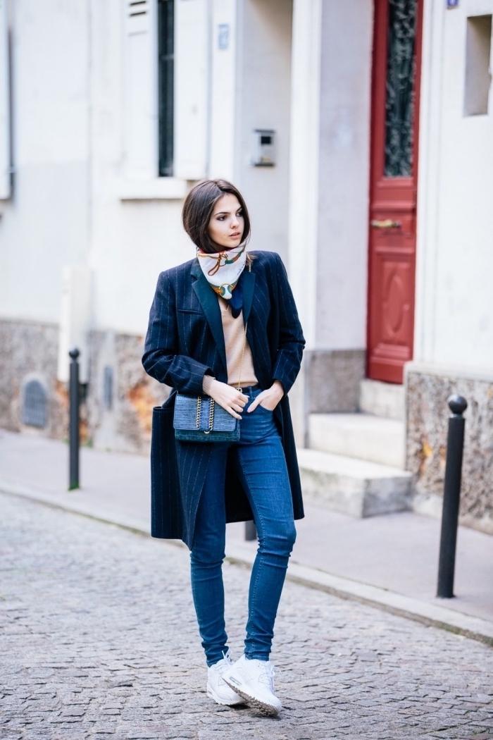 exemple comment mettre un foulard autour du cou, modèle de blazer femme long en couleur bleu marine porté avec jeans clairs