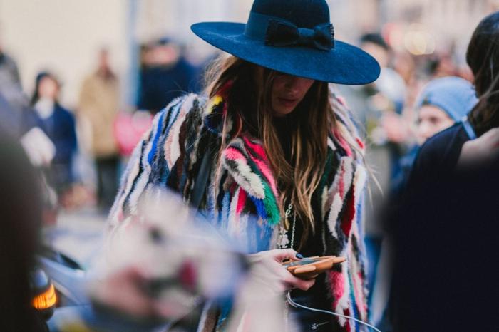 Manteau fausse fourrure femme, robe bohème chic, adorable idée de tenue pour la fashion week en paris ou new york, femme style de la rue hippie chic