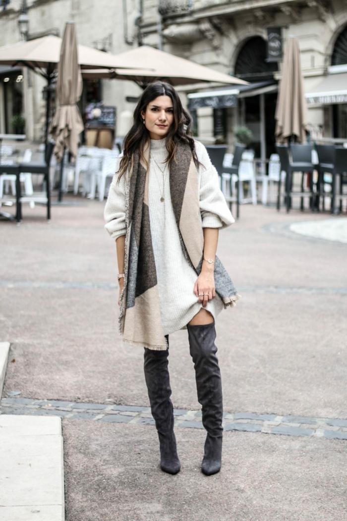 Pull grosse maille femme associé avec cuissardes hautes tenue bohème, comment s'habiller aujourd'hui hiver edition