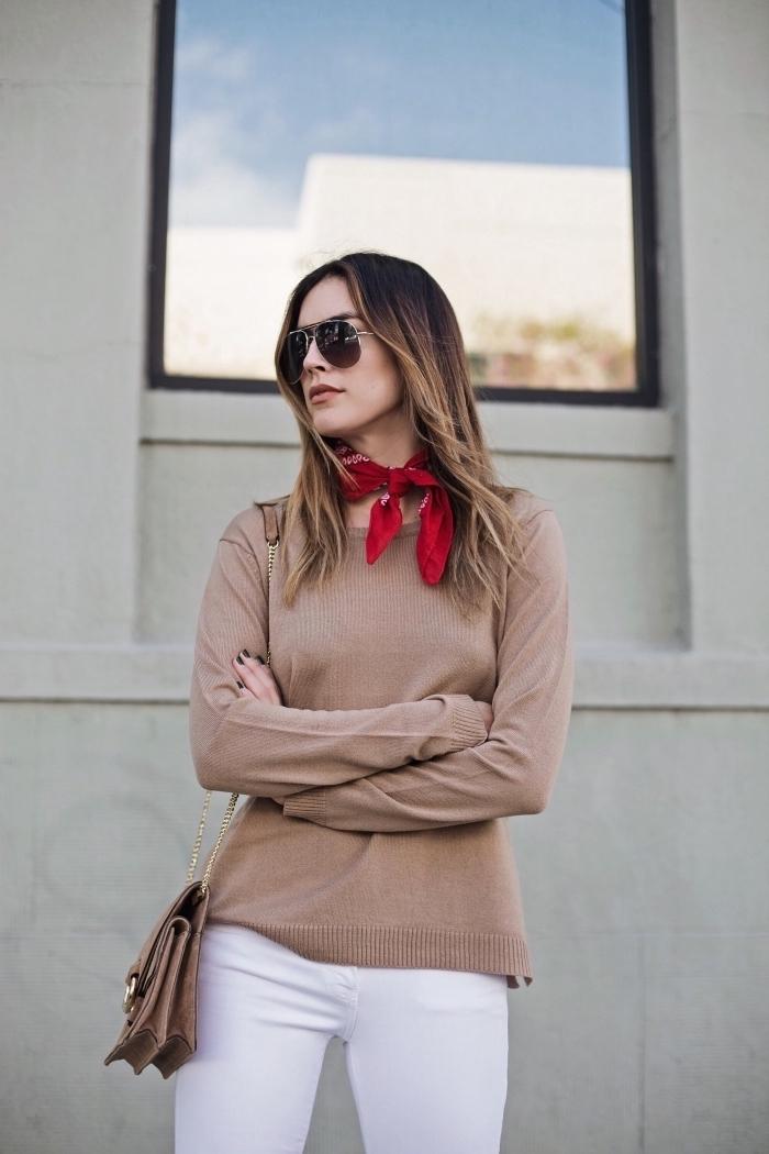style vestimentaire femme, tenue casual chic en pantalon blanc et blouse beige, faire un noeud echarpe ou foulard cou