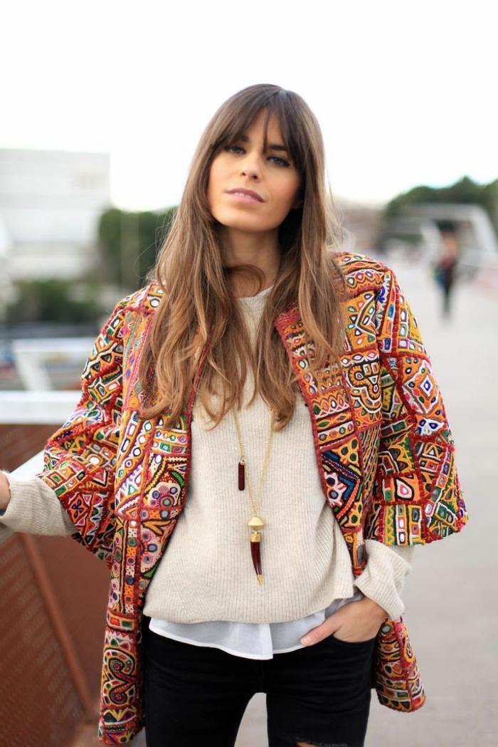 Le meilleur look bohème chic autome hiver, tenue robe bohème chic, chemise et pull et manteau motif tribal en top, jean et pull pour l'hiver, tenue hiver trop cool