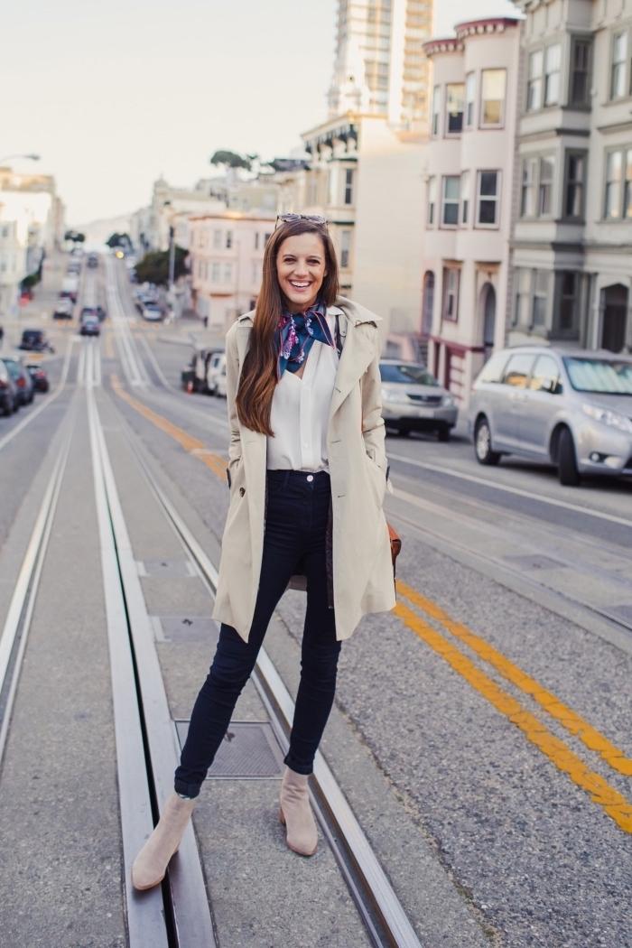 nouer une écharpe ou un foulard, idée style vestimentaire femme au travail avec pantalon noir et chemise blanche