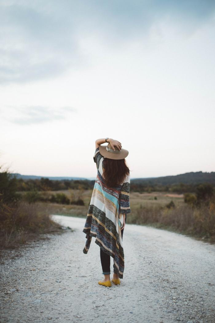 S'habiller au style boheme chic, tenue boheme chic automne hiver saison 2018-2019, femme gilet longue champetre style, country amérique style
