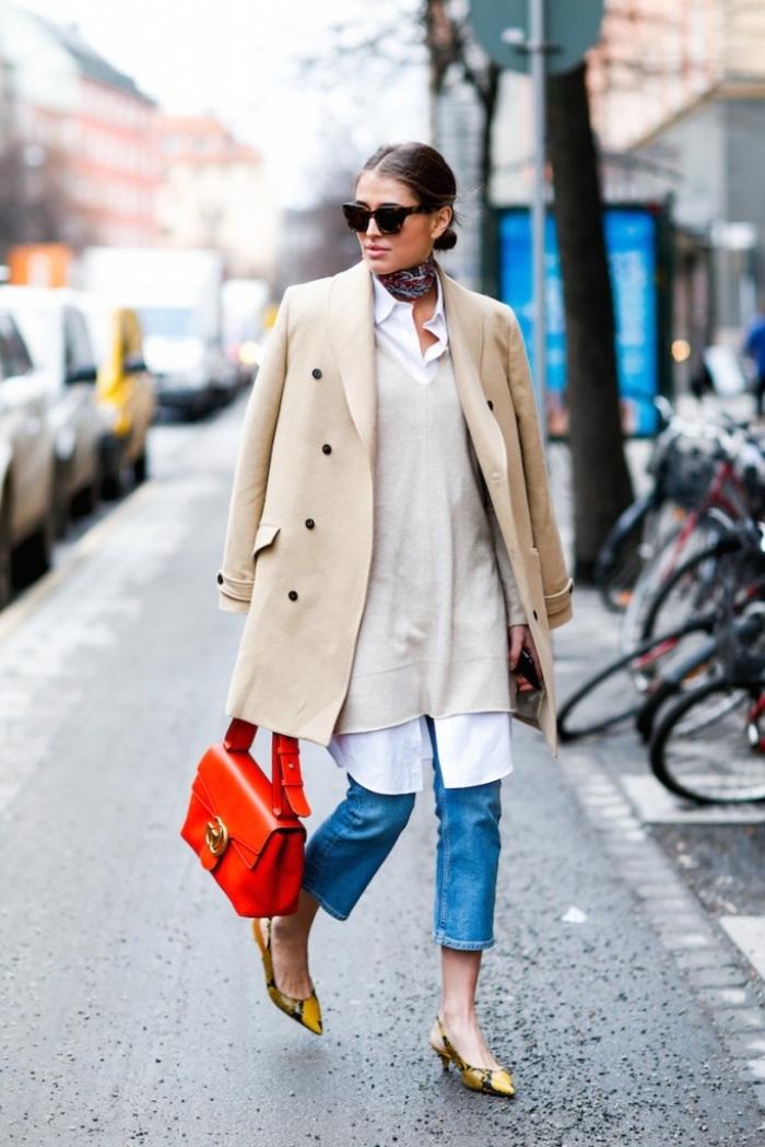 look chic femme en jeans clairs avec chemise longue blanche et accessoires originaux, attacher foulard carré autour du cou