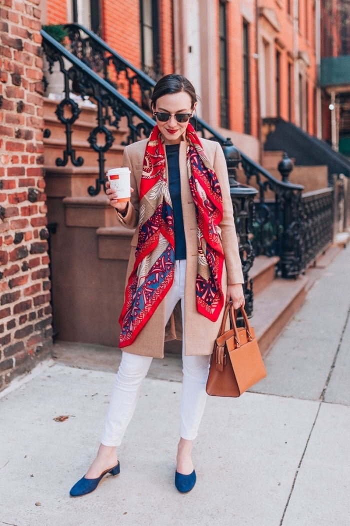 idée quelles couleurs associer femme, look stylé en pantalon slim et manteau long avec grosse echarpe femme élégante