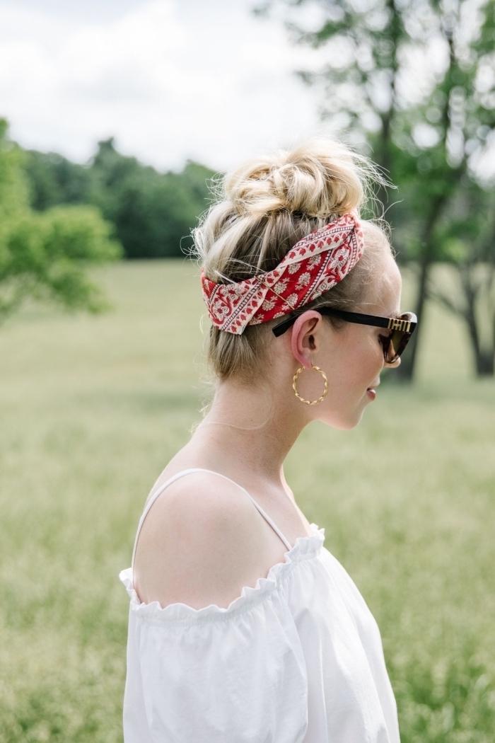 modèle de foulard cheveux femme en couleurs rouge et blanc, idée coiffure facile en chignon haut décontracté avec foulard bandana