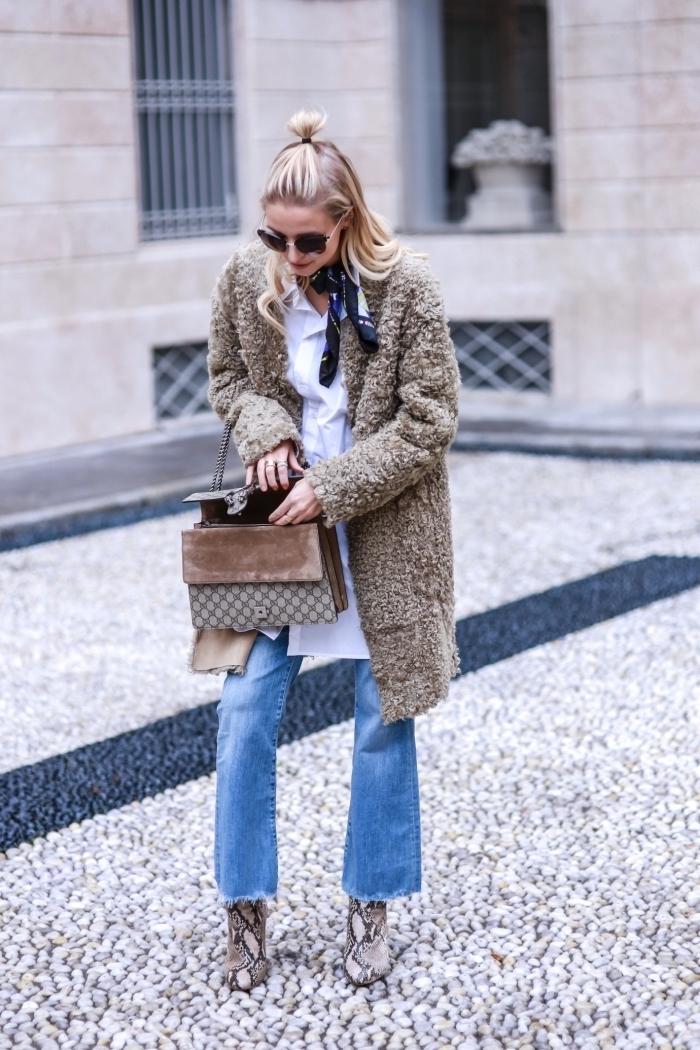 modèle de chemise blanche longue femme, idée look casual smart en jeans clairs et chemise blanche, exemple comment attacher un foulard autour du cou
