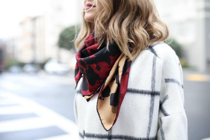 exemple noeud echarpe facile, modèle de foulard soie en rouge et camel aux motifs léopard en noir, accessoire mode tendances femme