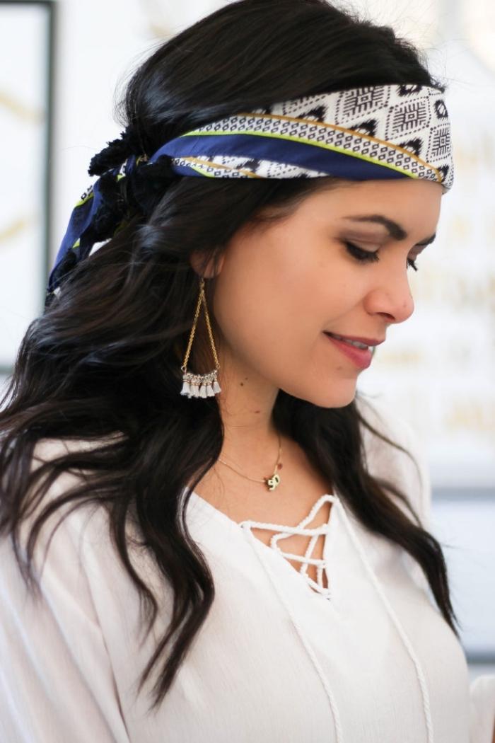 exemple comment nouer un foulard sur la tête, modèle de coiffure facile aux cheveux longs avec boucles et foulard