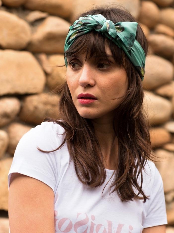 comment attacher un foulard, idée coiffure facile avec accessoire, nouer un foulard sur le front façon turban ou bandana